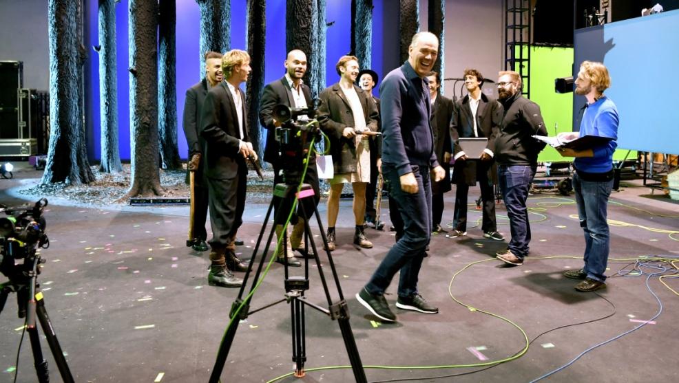 """ABD0019_20160812 - SALZBURG - …STERREICH: ZU APA130 KI VOM 12.8.2016 - Regisseur Matthias Hartmann (m.) am Donnerstag 11. August 2016, anl. eines Fototermins bei den Probearbeiten in der Rainerkaserne zu Schillers """"Die RŠuber"""" in Salzburg. Premiere ist am 3.9.2016 im Salzburger Landestheater. - FOTO: APA/BARBARA GINDL"""